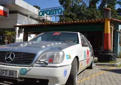 Fachada decorada com Mercedes Drifting do O Posto Bar